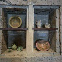 Αποκατασταθέν ερμάριο με πολυτελή μεσαιωνικά αγγεία.