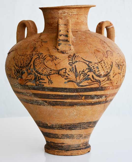 Απιόσχημος πιθαμφορέας, μεσαίου μεγέθους, της Υστερομινωικής ΙΙ/ΙΙΙΑ1 περιόδου, από τον τάφο LL στη Δρομολαξιά-Βυζακιά (φωτ. Τμήμα Αρχαιοτήτων Κύπρου).