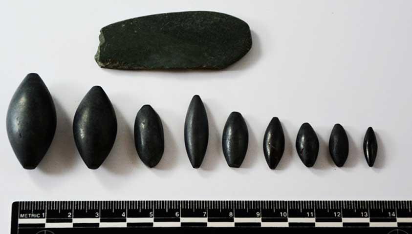 Γύρω από τα οστά του χεριού ενός από τους σκελετούς εντοπίστηκαν εννιά βαρίδια από αιματίτη, διαφόρων βαρών (φωτ. Τμήμα Αρχαιοτήτων Κύπρου).