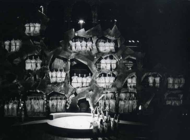 Για την «Καταδίκη του Φάουστ» το 1974, ο Σπύρος Βασιλείου σχεδίασε φορεσιές δύο όψεων. Φωτ. ΑΠΕ-ΜΠΕ / ΕΛΣ.
