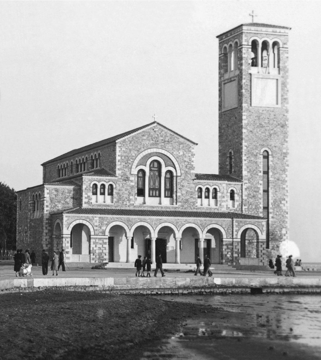 Εικ. 10α. Η βασιλική του Αγίου Κωνσταντίνου στον Βόλο, 1930-1936, αρχιτέκτων Α. Ζάχος. Φωτογραφία Ζημέρη – Αρχείο Δημοτικού Κέντρου Ιστορίας και Τεκμηρίωσης Βόλου.