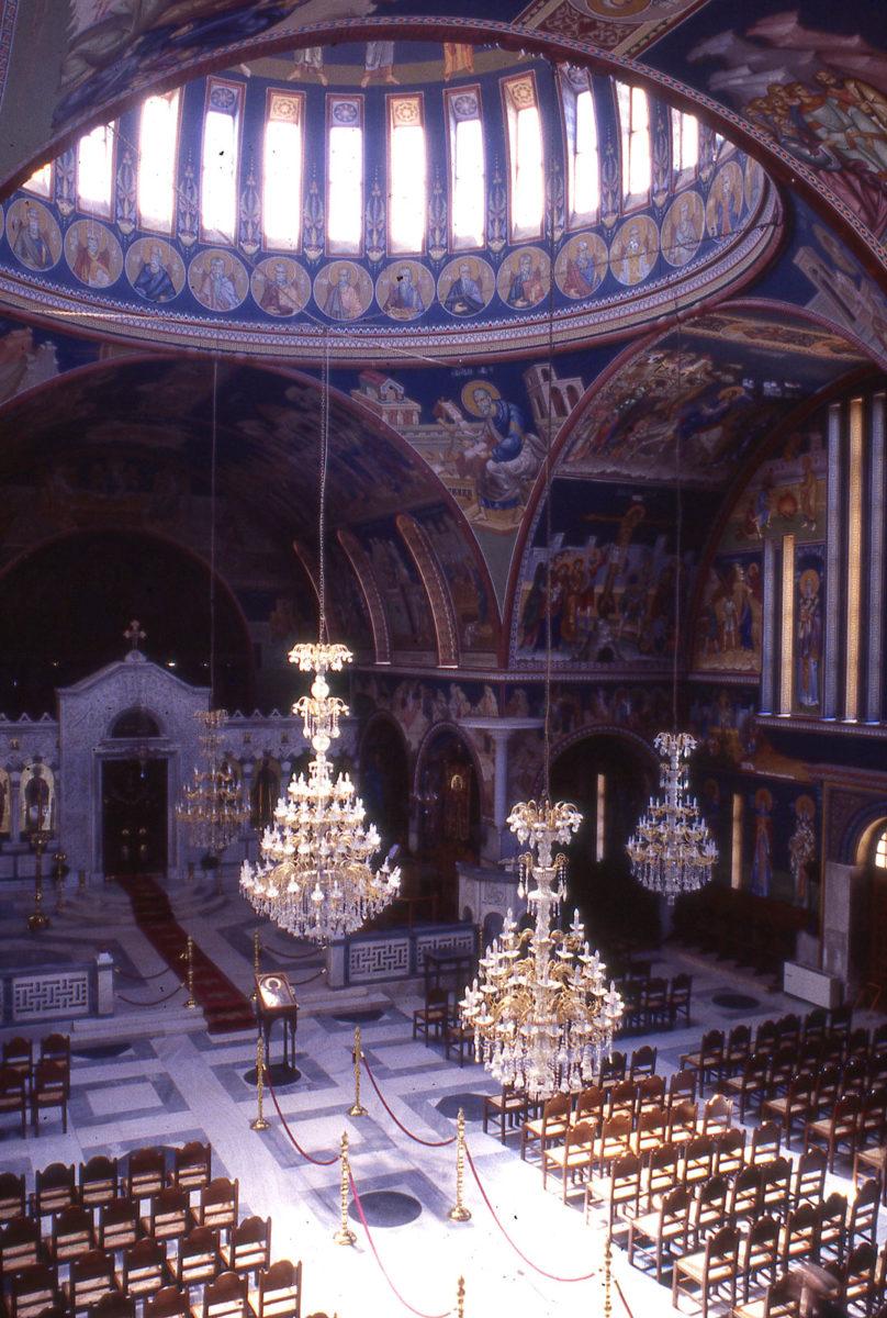 Εικ. 12. Ο Ναός του Αποστόλου Παύλου στην Κόρινθο μετά την παράταιρη διακόσμησή του με πολυελαίους. Φωτ.: Ε. Φεσσά-Εμμανουήλ (1997).