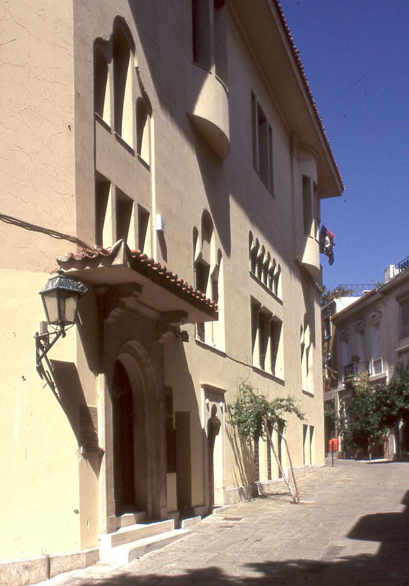 Εικ. 4. Άποψη της πρόσοψης του σπιτιού της Αγγελικής Χατζημιχάλη, διαμορφωμένης στο πνεύμα του νεωτερικού αρ ντεκό με αναφορές στη βορειοελλαδική και την πηλειορίτικη αρχιτεκτονική παράδοση. Φωτ.: Ε. Φεσσά-Εμμανουήλ.