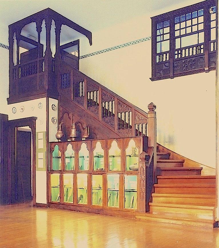 Εικ. 5. Άποψη του χολ του σπιτιού της Χατζημιχάλη που αποτελούσε επανερμηνεία του δοξάτου της παραδοσιακής κατοικίας. Η ξύλινη σκάλα οδηγούσε στο εργαστήριο της λαογράφου. Φωτ.: Ε. Φεσσά-Εμμανουήλ.