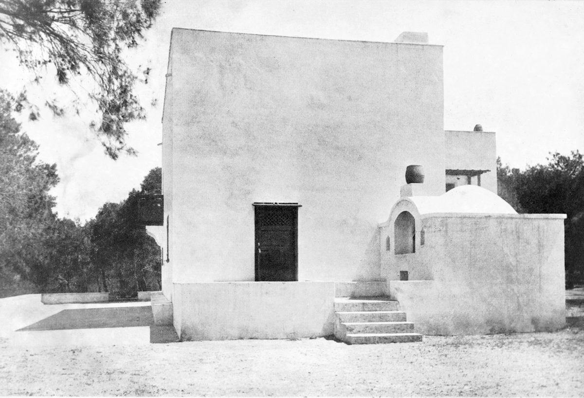 Εικ. 6. Το εξοχικό σπίτι του τραπεζίτη Διονυσίου Λοβέρδου στη Βαρυμπόμπη Αττικής που ανεγέρθηκε το 1928-1929 με σχέδια και επίβλεψη του Ζάχου. Φωτογραφικό αρχείο Ε. Φεσσά-Εμμανουήλ.