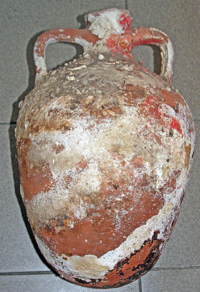 Αμφορέας που βρέθηκε και κατασχέθηκε στην Κάλυμνο (φωτ. Λιμενικό Σώμα).