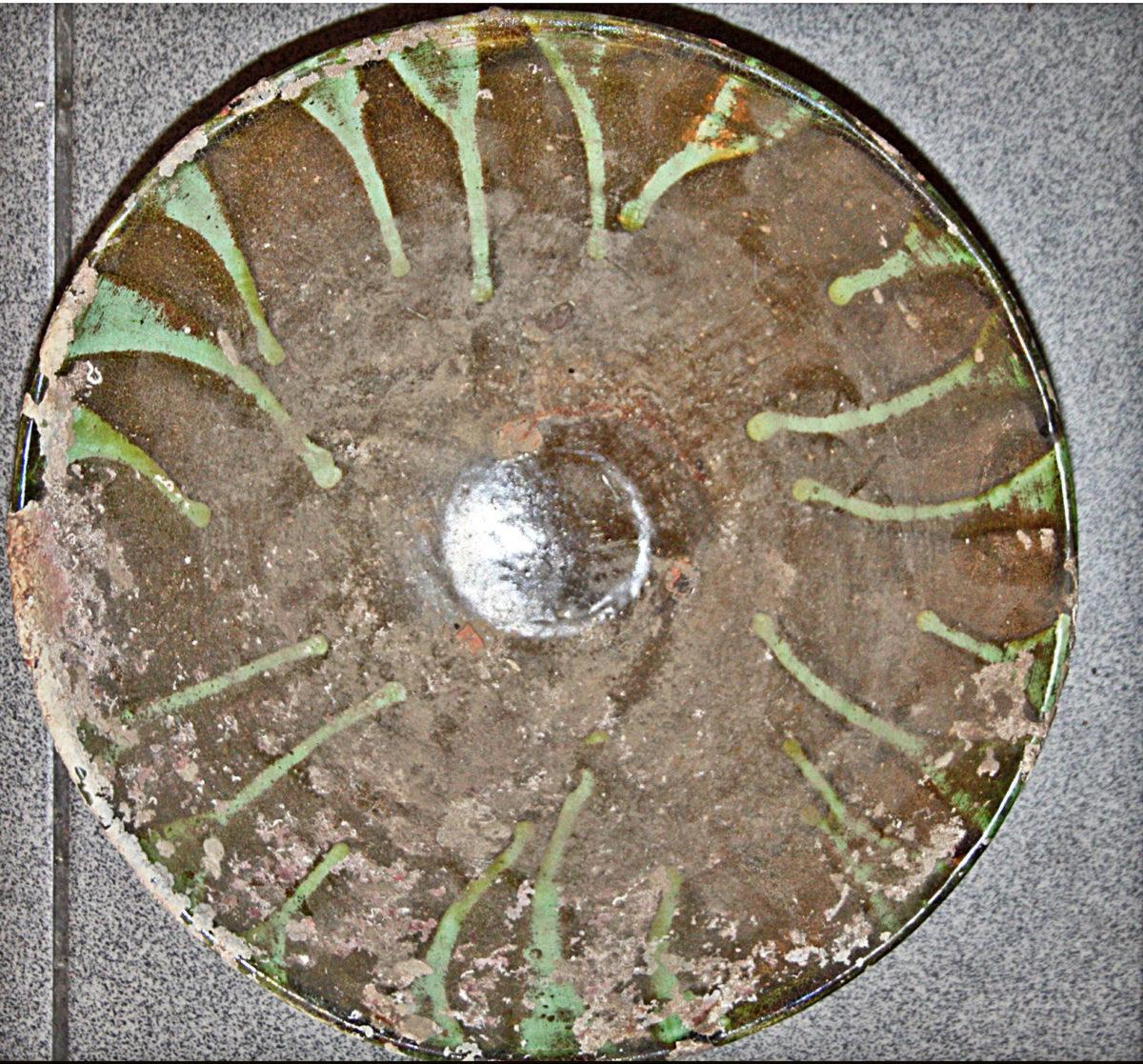 Πήλινη φιάλη που βρέθηκε και κατασχέθηκε στην Κάλυμνο (φωτ. Λιμενικό Σώμα).