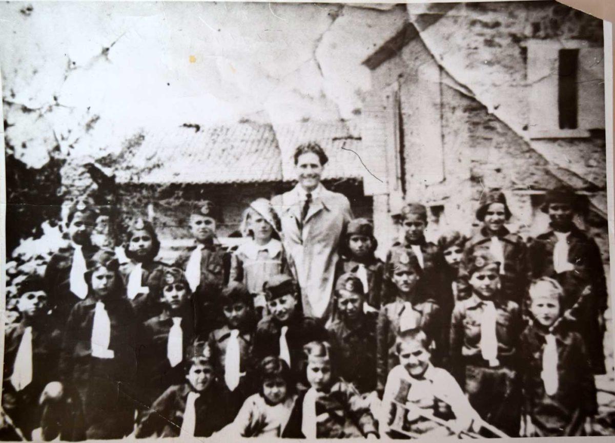 Εικ. 6. Ο Δάσκαλος Κωνσταντίνος Γέμελος με τους μαθητές του σχολείου (25 Μαρτίου 1938).