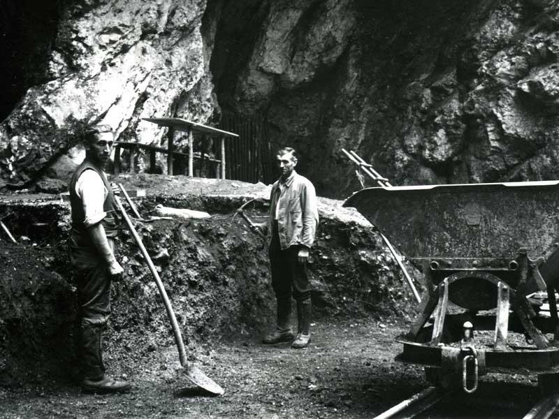 Ανασκαφές στην είσοδο του σπηλαίου Hohlenstein-Stadel, στη νοτιοδυτική Γερμανία, το 1937, όταν αποκαλύφθηκε το, ηλικίας 124.000 ετών, μηριαίο οστό Νεάντερταλ. Φωτ.: © Museum Ulm.