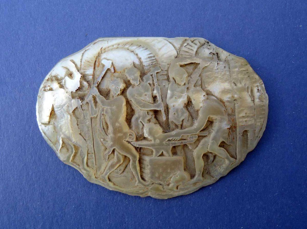 Εικ. 1. Το πλακίδιο από μάργαρο. Αρχαιολογικό Μουσείο Θυρρείου.