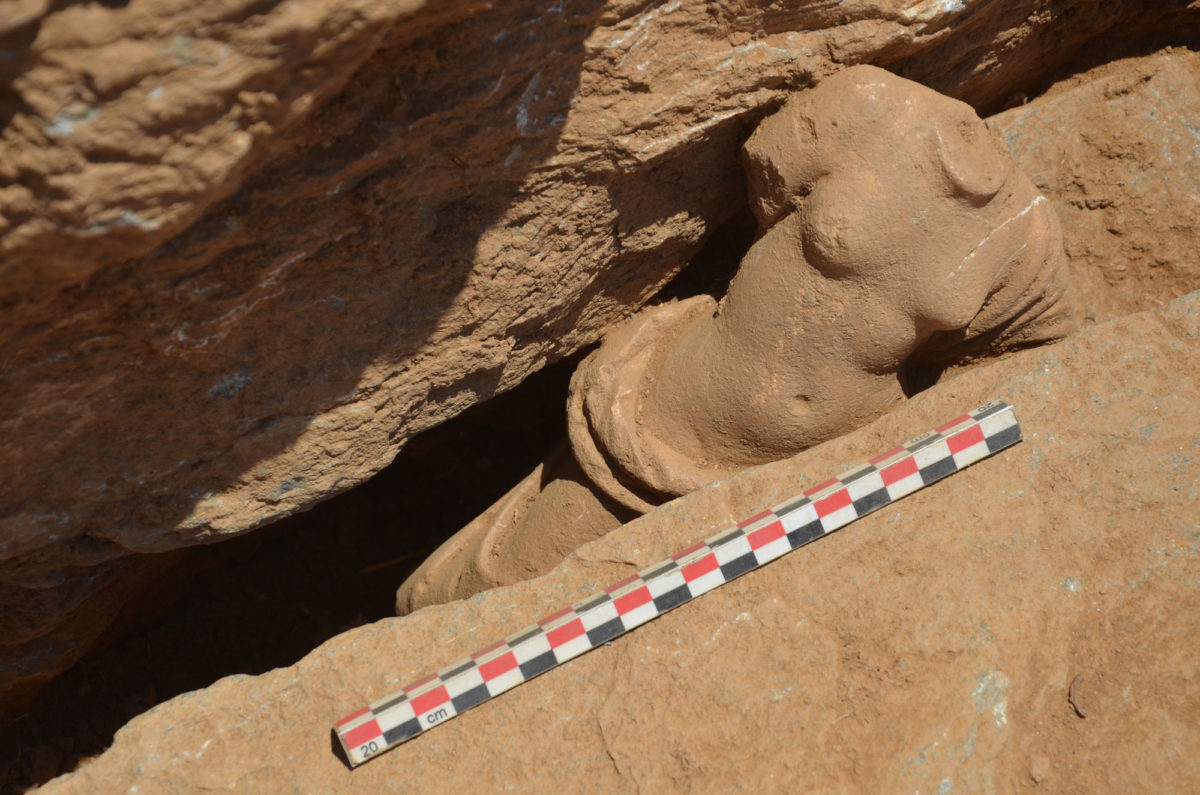 Εικ. 13α. Μαρμάρινο αγαλμάτιο ημίγυμνης Αφροδίτης κατά χώραν.