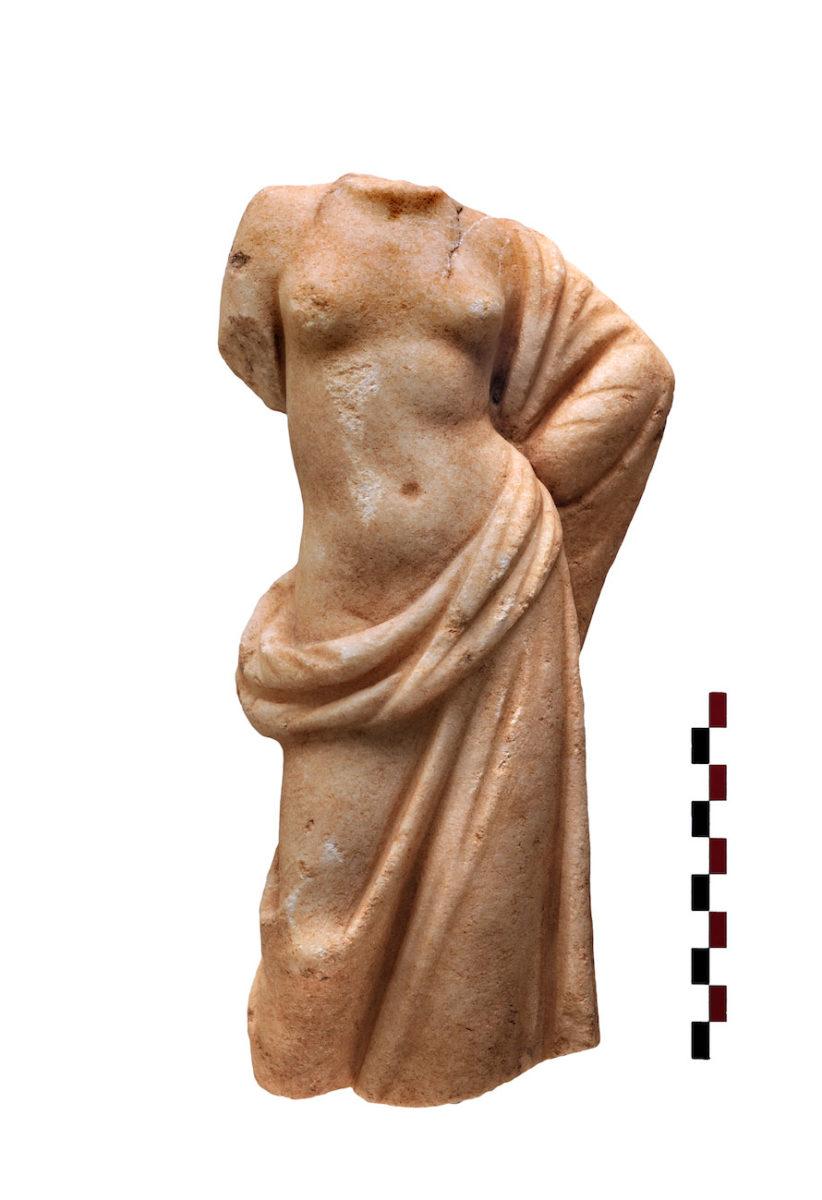 Εικ. 14. Μαρμάρινο αγαλμάτιο ημίγυμνης Αφροδίτης (φωτ.: Κώστας Ξενικάκης).