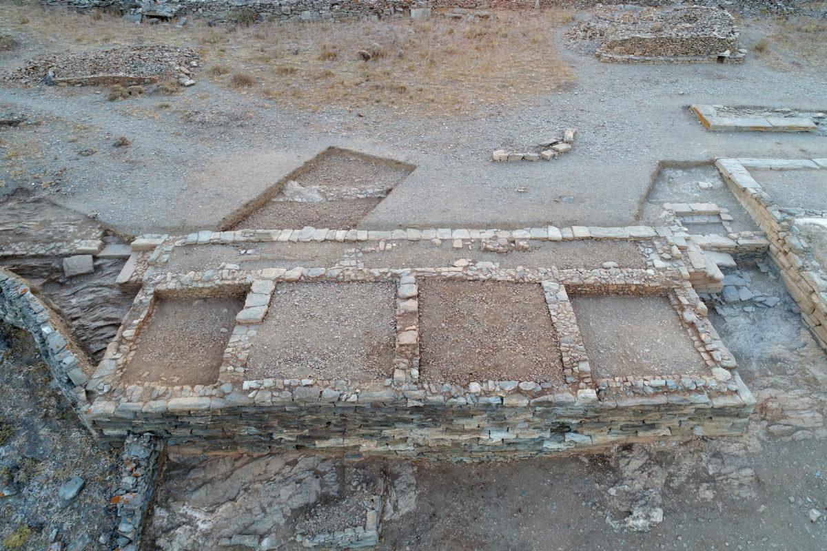 Εικ. 15. Αεροφωτογραφία του Κτιρίου 2 του Μεσαίου Πλατώματος, από τα δυτικά (φωτ.: Κώστας Ξενικάκης).