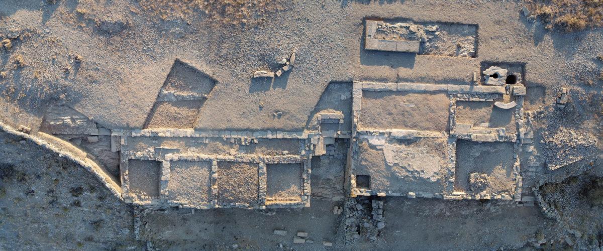 Εικ. 2. Αεροφωτογραφία των Κτιρίων 1 και 2 του Μεσαίου Πλατώματος (φωτ.: Κώστας Ξενικάκης).