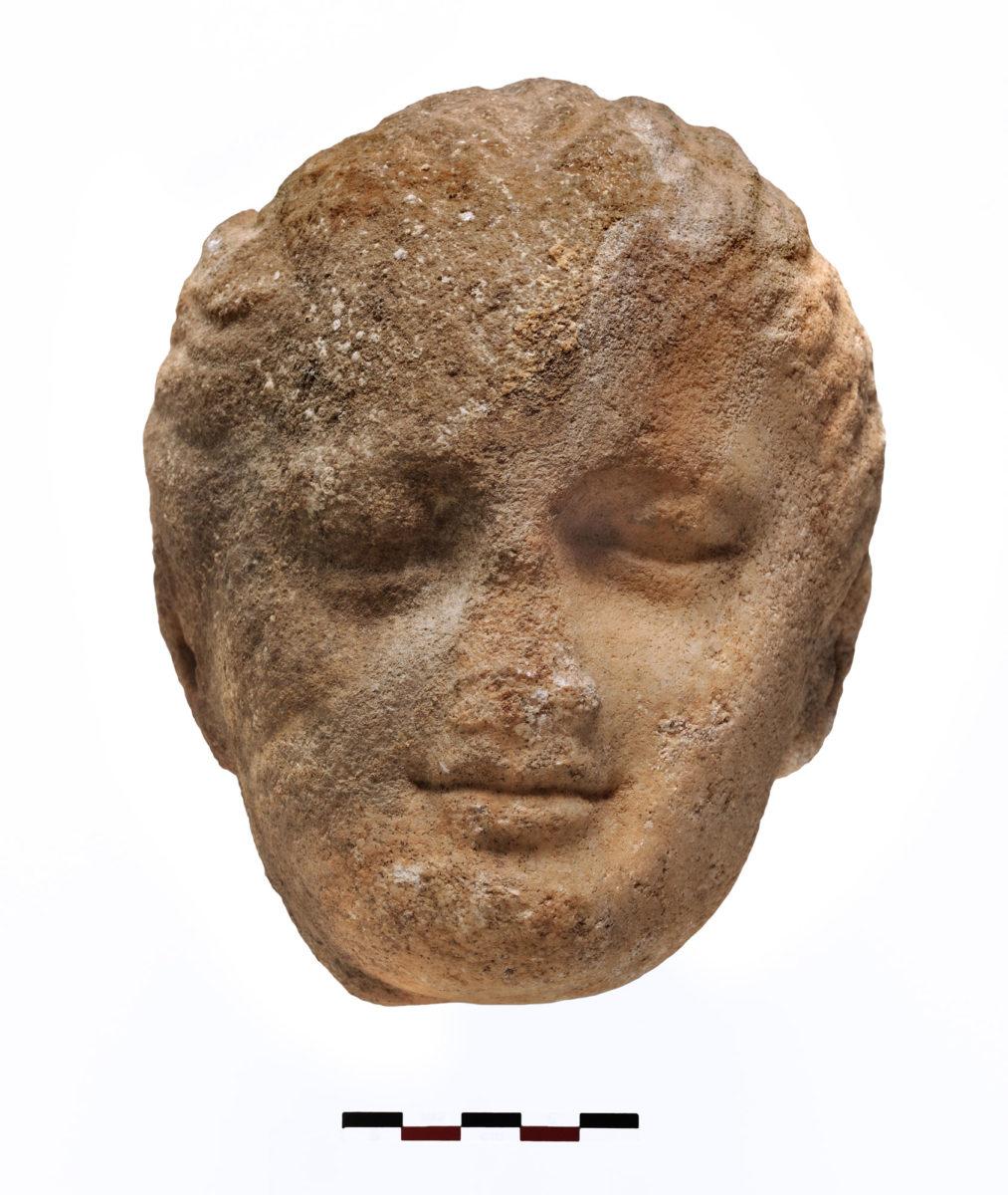 Εικ. 6. Μαρμάρινη κεφαλή κοριτσιού από το εσωτερικό της δεξαμενής (φωτ.: Κώστας Ξενικάκης).