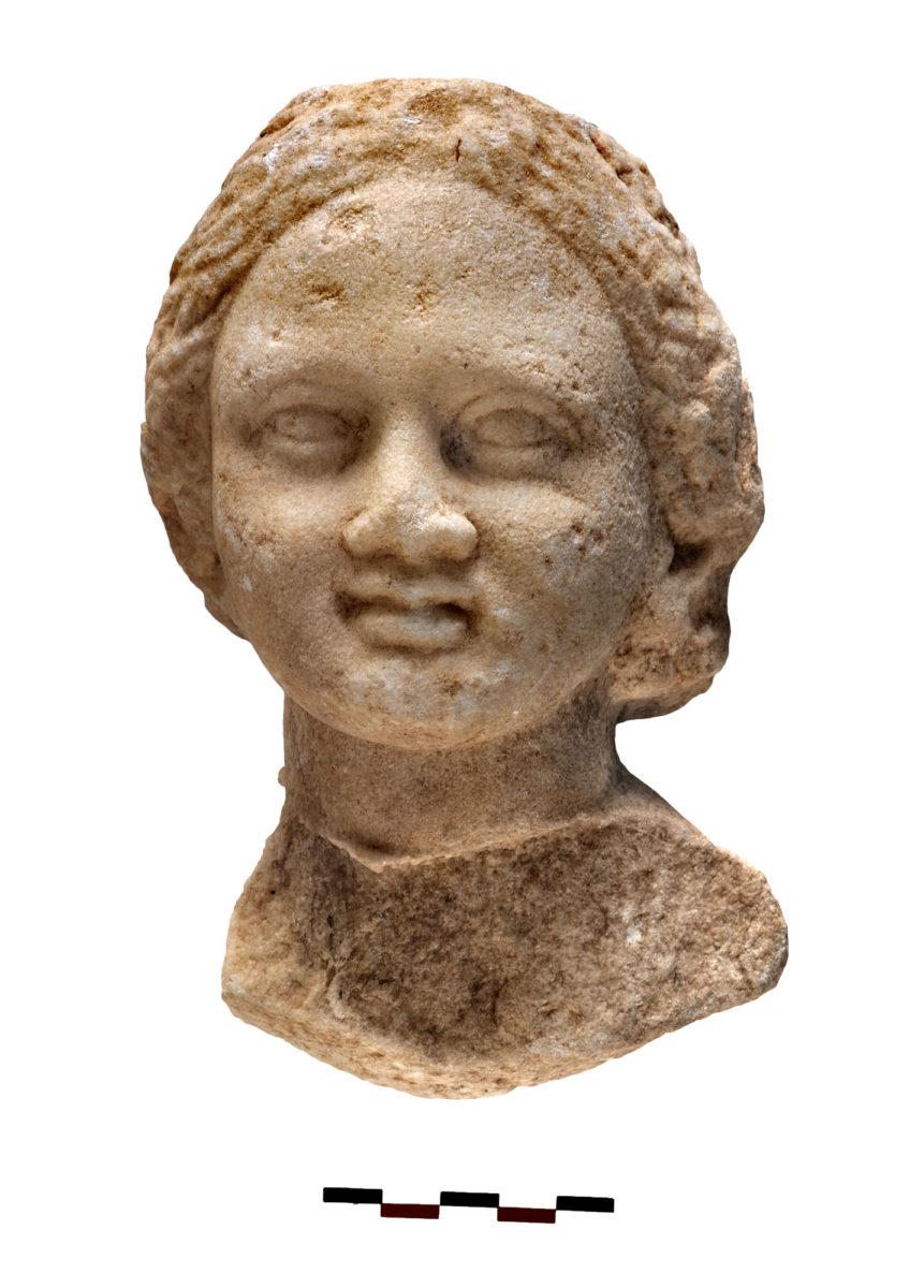 Εικ. 7. Μαρμάρινη κεφαλή κοριτσιού από το εσωτερικό της δεξαμενής (φωτ.: Κώστας Ξενικάκης).