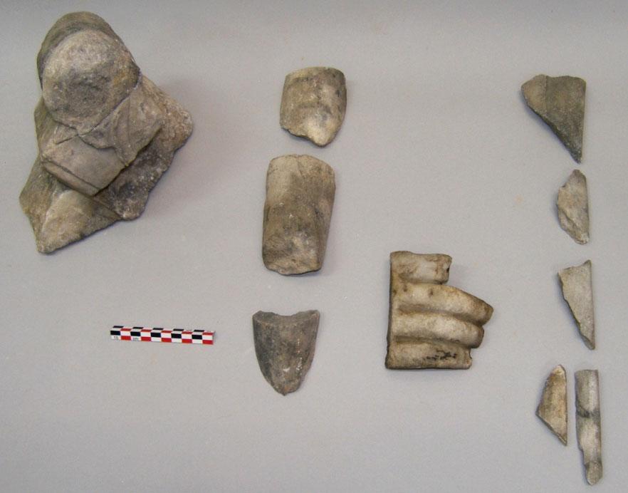 Σαλαμίνα, Όρμος Αμπελακίου. Μαρμάρινα ευρήματα ρωμαϊκών χρόνων, από την έρευνα του μεγάλου οικοδομήματος στη βόρεια πλευρά του Όρμου: θραύσματα βωμίσκου (αριστερά) και αγαλμάτων (φωτ.: Χρ. Μαραμπέα).