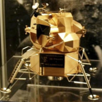 Μια χρυσή σεληνάκατος κλάπηκε από το μουσείο του Νιλ Άρμστρονγκ