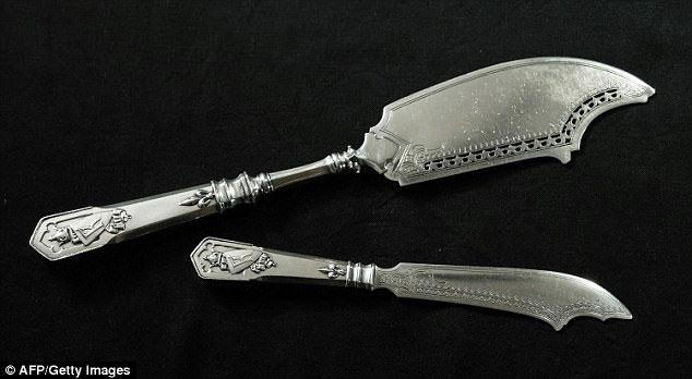 Τα δύο ασημένια μαχαίρια που απέμειναν από το σερβίτσιο του Φαμπερζέ (φωτ.: AFP/Getty Images).