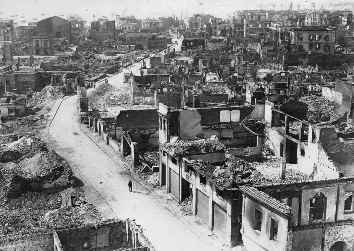 Τμήμα της Θεσσαλονίκης μετά τη Μεγάλη Πυρκαγιά. Φωτογραφία από τη Συλλογή Ευάγγελου Φυσίκα.