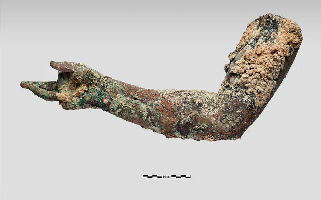 Χάλκινο δεξί χέρι, που σώζεται  από τον ώμο μέχρι τα δάχτυλα (φωτ. ΥΠΠΟΑ).