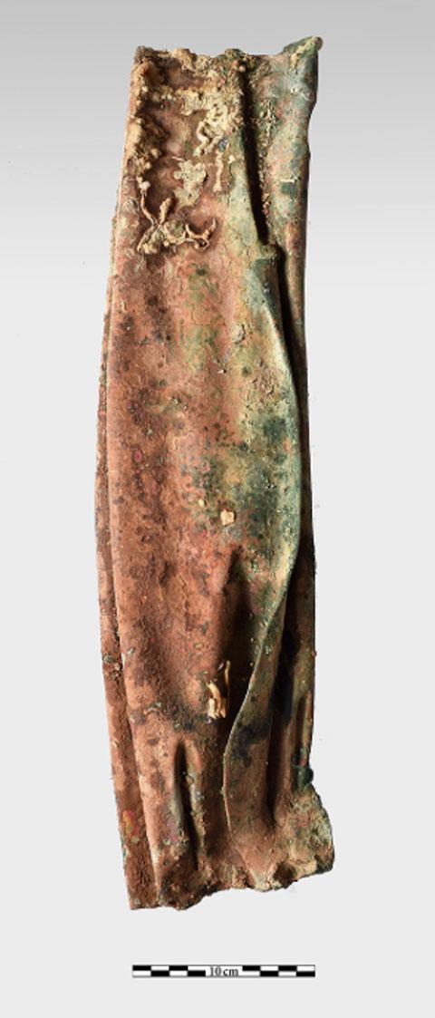 Χάλκινο τμήμα με πτυχώσεις ενδύματος, προερχόμενο από άγαλμα (φωτ. ΥΠΠΟΑ).