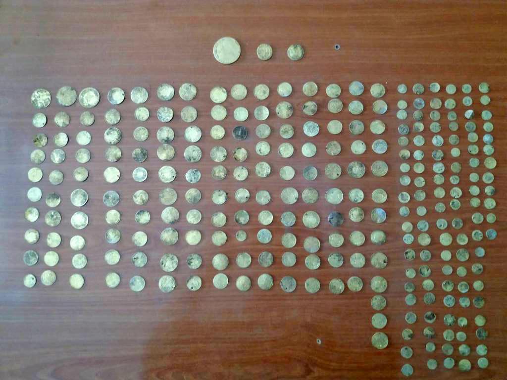 Τα νομίσματα που βρέθηκαν στην κατοχή ενός άντρα σε περιοχή της Κόνιτσας (φωτ.: Ελληνική Αστυνομία).