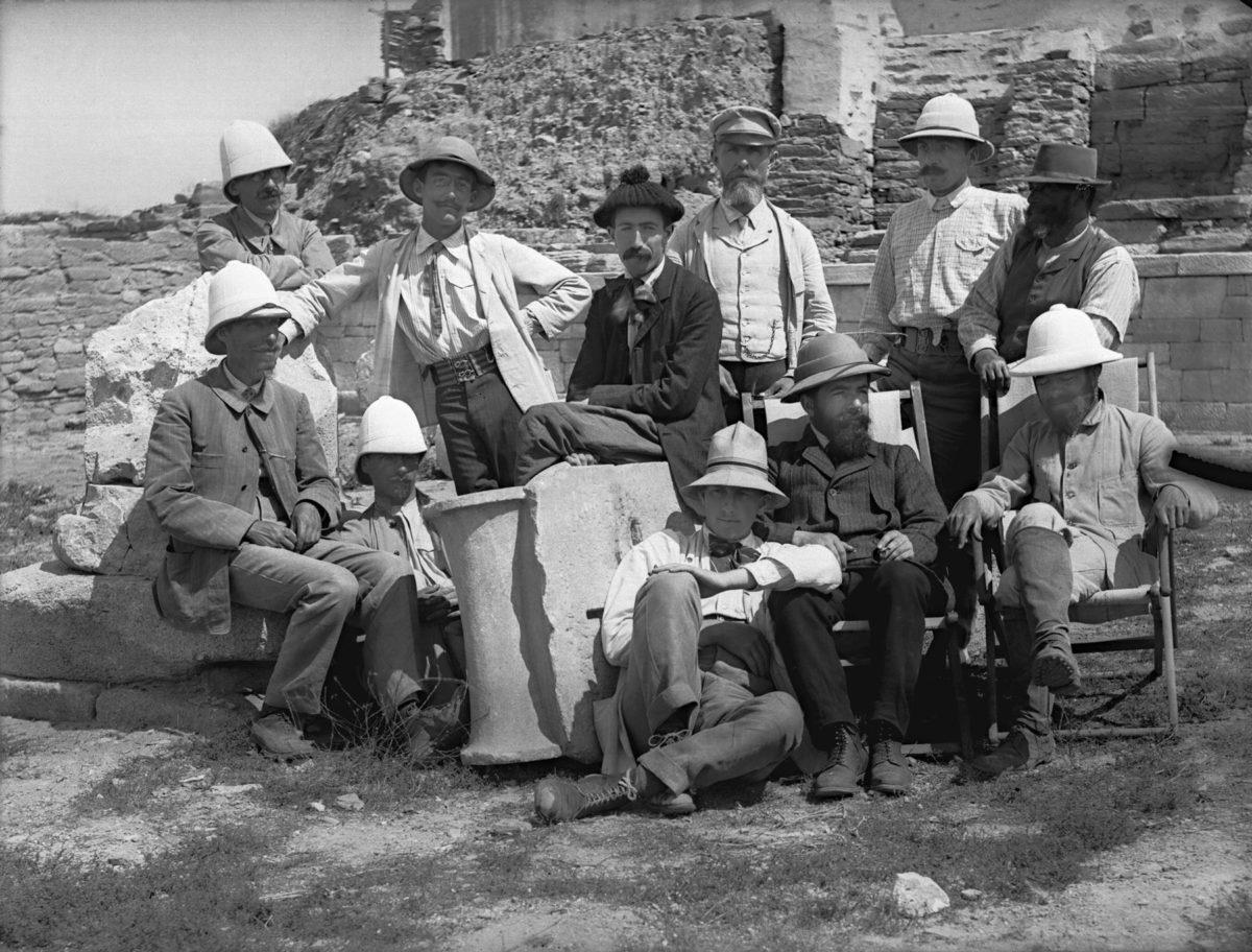 Γάλλοι και Δανοί ερευνητές στην Υπόστυλη Αίθουσα (1909).