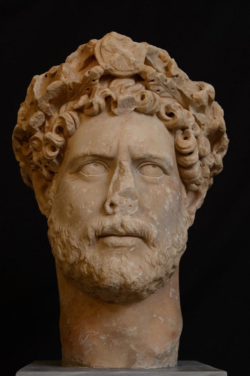 Εικονιστική μαρμάρινη κεφαλή του αυτοκράτορα Αδριανού (117-138 μ.Χ.). Βρέθηκε το 1933 στην Αθήνα, στη λεωφόρο Συγγρού. Χρονολογείται το 130-140 μ.Χ. (© TAΠΑ/Εθνικό Αρχαιολογικό Μουσείο).