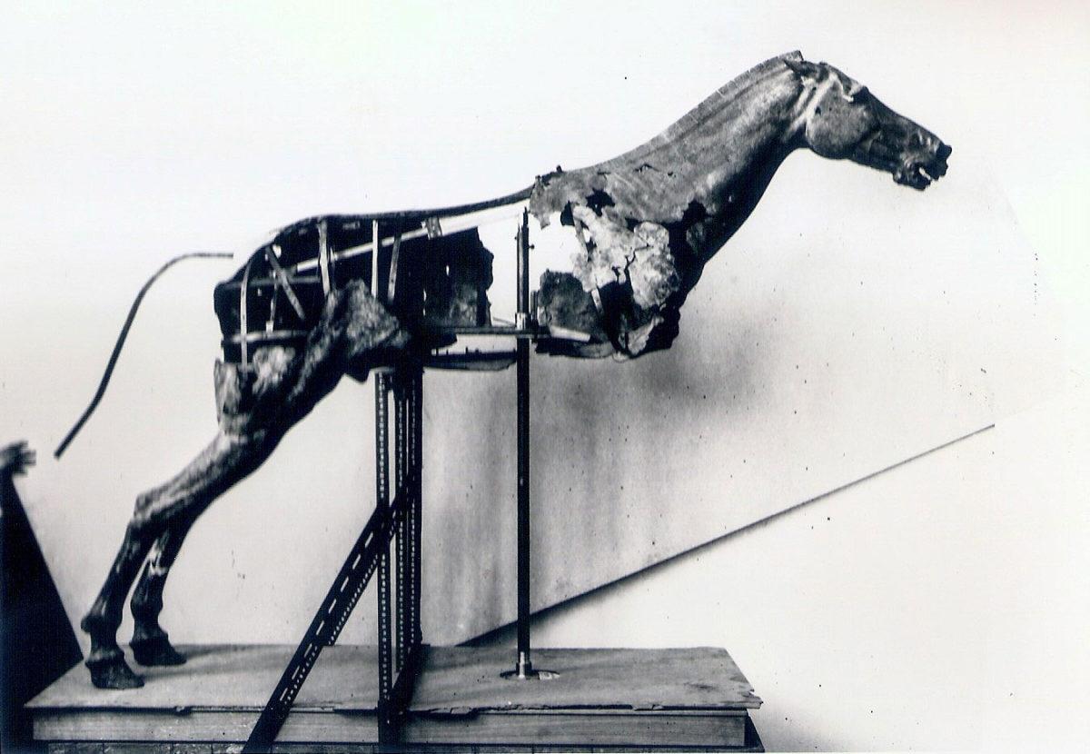 Κατασκευή εσωτερικού σκελετού στήριξης του ελληνιστικού χάλκινου αλόγου με αναβάτη από το Αρτεμίσιο, στο εργαστήριο συντήρησης μεταλλοτεχνίας του Εθνικού Αρχαιολογικού Μουσείου τη δεκαετία του 1970 (© Εθνικό Αρχαιολογικό Μουσείο/TAΠΑ).