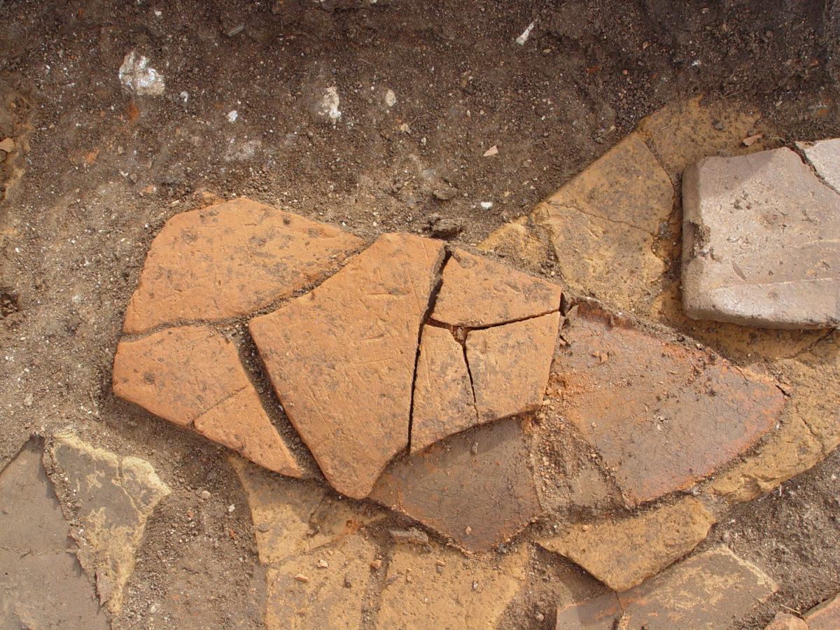 Εγχάρακτη κεραμίδα από την ανασκαφή του οικισμού της Κυπαρισσίας των ύστερων ρωμαϊκών χρόνων.