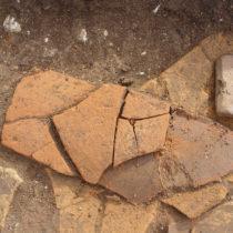 Εγχάρακτη κεραμίδα από τον οικισμό των ύστερων ρωμαϊκών χρόνων της Κυπαρισσίας