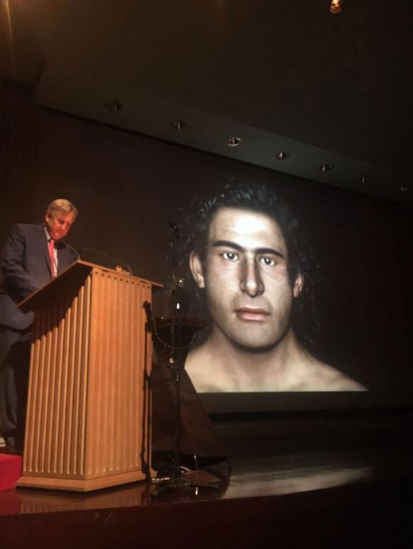 Ο δρ Τζακ Ντέιβις κατά την παρουσίαση του «προσώπου» του Γρύπα Πολεμιστή (φωτ. ASCSA/Twitter).