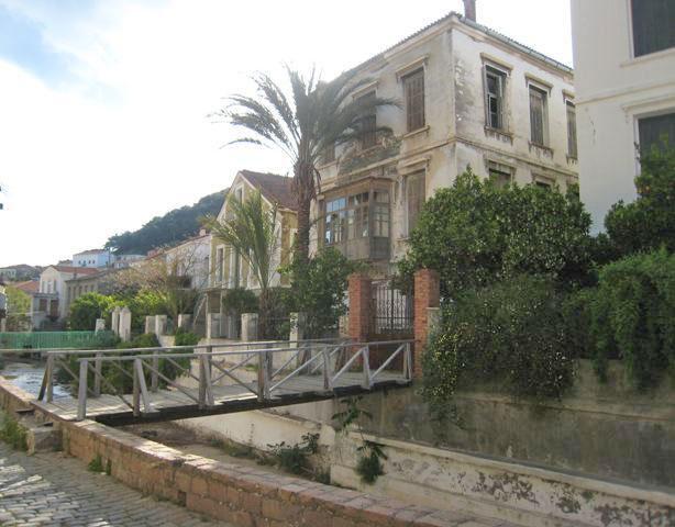Νεοκλασικές κατοικίες κατά μήκος της κοίτης του ποταμού Σεδούντα (φωτ.: «Το Πόλιον»).