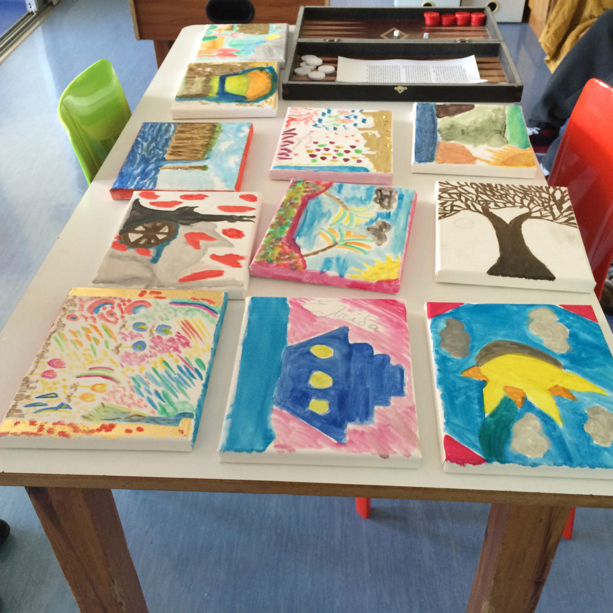 Εικ. 3. Τα έργα των παιδιών σε καμβάδες, από το πρόγραμμα «Επιδράσεις της βυζαντινής ζωγραφικής στους σύγχρονους καλλιτέχνες».
