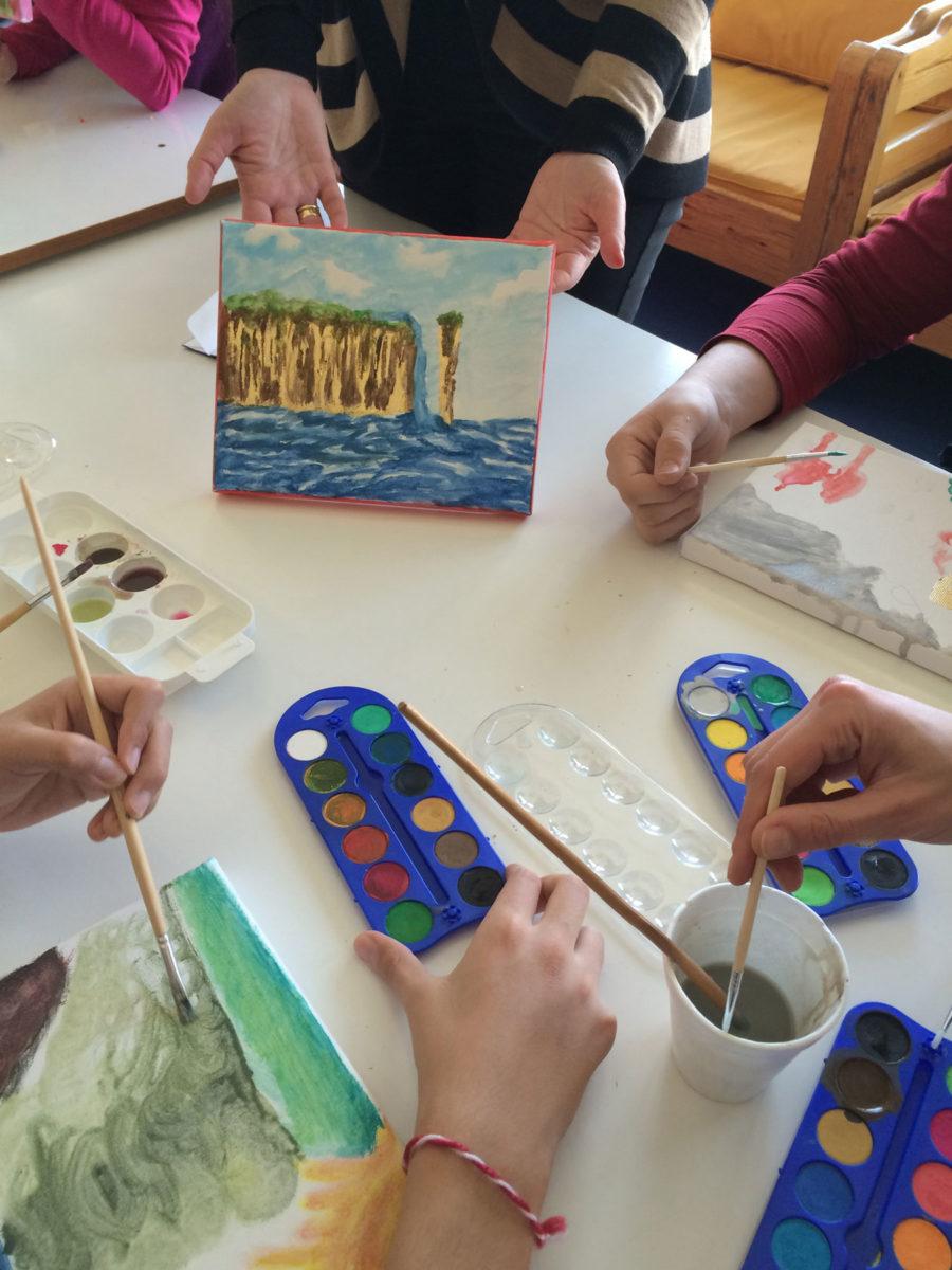 Εικ. 4. Τα παιδιά ζωγραφίζουν με νερομπογιές και πινέλα.