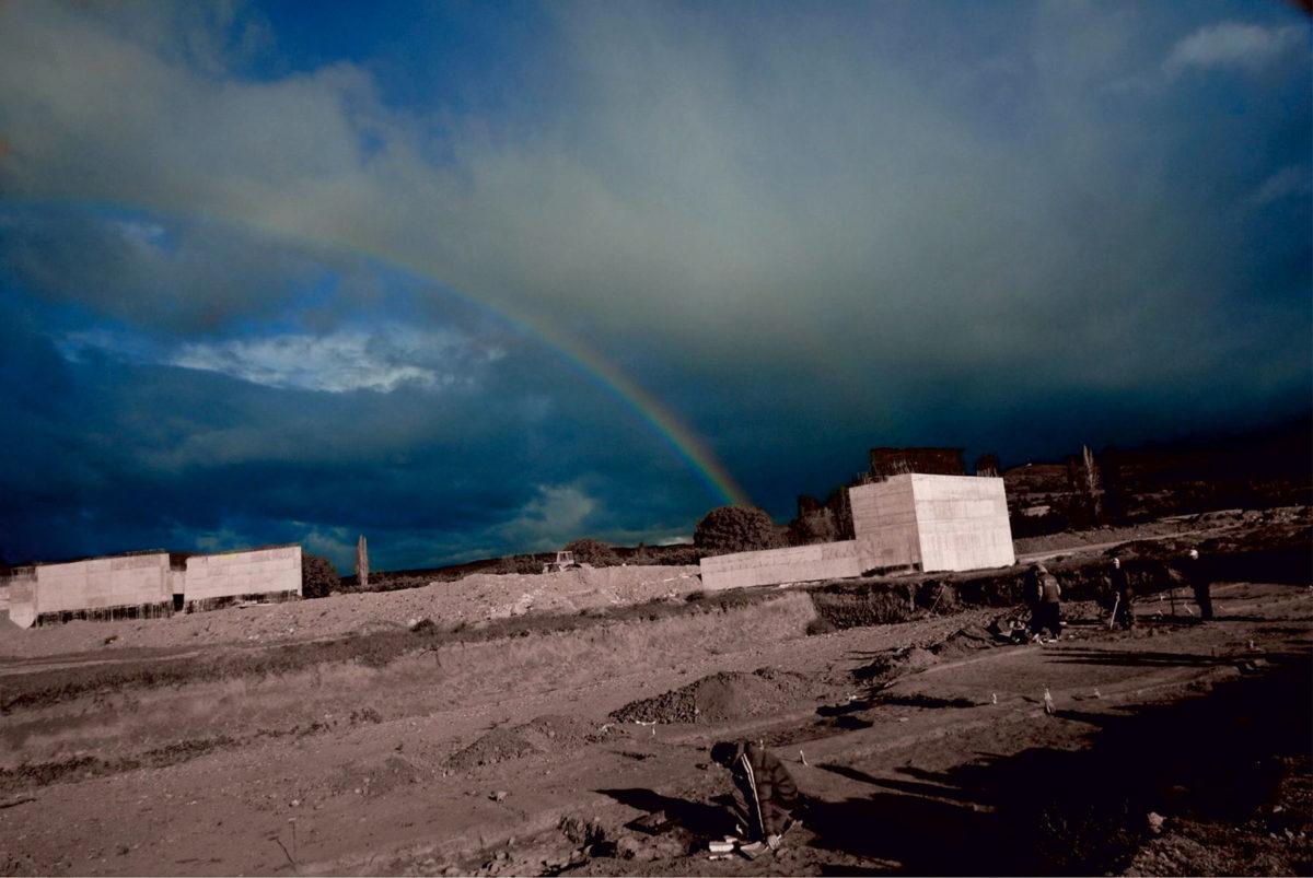 Εικ. 1. Κόμβος Κορομηλιάς του έργου «Κάθετος Άξονας 45 Εγνατίας Οδού, Σιάτιστα-Κρυσταλλοπηγή», με ανασκαφικές εργασίες υπό ολοκλήρωση στο νότιο τμήμα της νεολιθικής θέσης Τρίτα Κορομηλιάς, μετά από βροχή με ουράνιο τόξο. Ιανουάριος 2015. Φωτ.: Tάσος Μπεκιάρης.