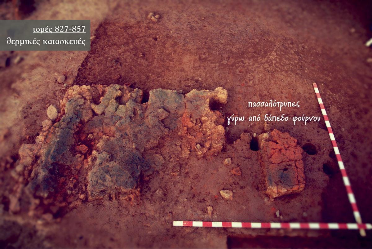 Εικ. 7. Τρίτα Κορομηλιάς: κατάλοιπα δαπέδου θερμικής κατασκευής με πασσαλότρυπες στην περιφέρειά του (τομές 827–857).