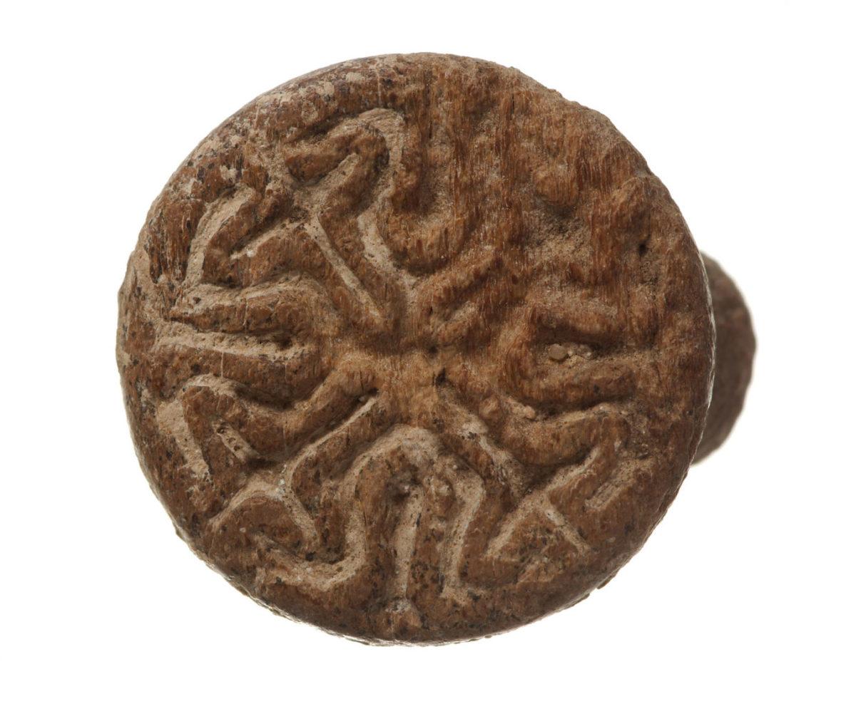 Ανασκαφές Κέρου: Οστέινο σφραγιστικό δαχτυλίδι (πηγή: ΥΠΠΟΑ/Βρετανική Σχολή Αθηνών).