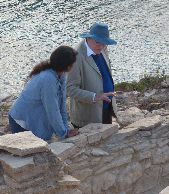 Ανασκαφές Κέρου: Ο καθηγητής Colin Renfrew συζητά τα ευρήματα της τομής F με την ανασκαφέα Amira Kanwal (πηγή: ΥΠΠΟΑ/Βρετανική Σχολή Αθηνών).
