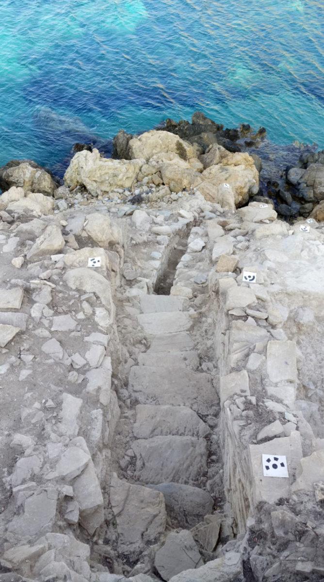Ανασκαφές Κέρου: Η κλίμακα στην είσοδο του οικισμού από ψηλά. Το επίπεδο της θάλασσας ήταν αρκετά χαμηλότερα κατά την Πρώιμη Εποχή του Χαλκού (πηγή: ΥΠΠΟΑ/Βρετανική Σχολή Αθηνών).