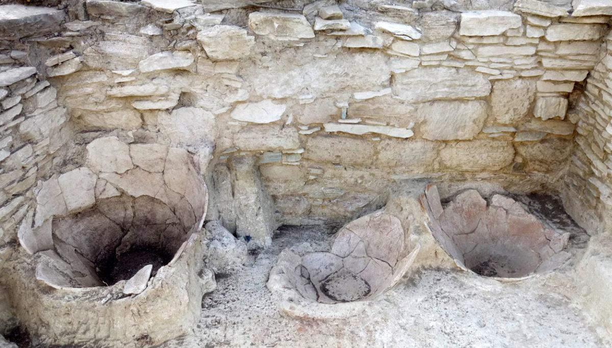 Ανασκαφές Κέρου: Πίθοι εγκιβωτισμένοι στο δάπεδο για αποθήκευση λαδιού ή σιτηρών (πηγή: ΥΠΠΟΑ/Βρετανική Σχολή Αθηνών).