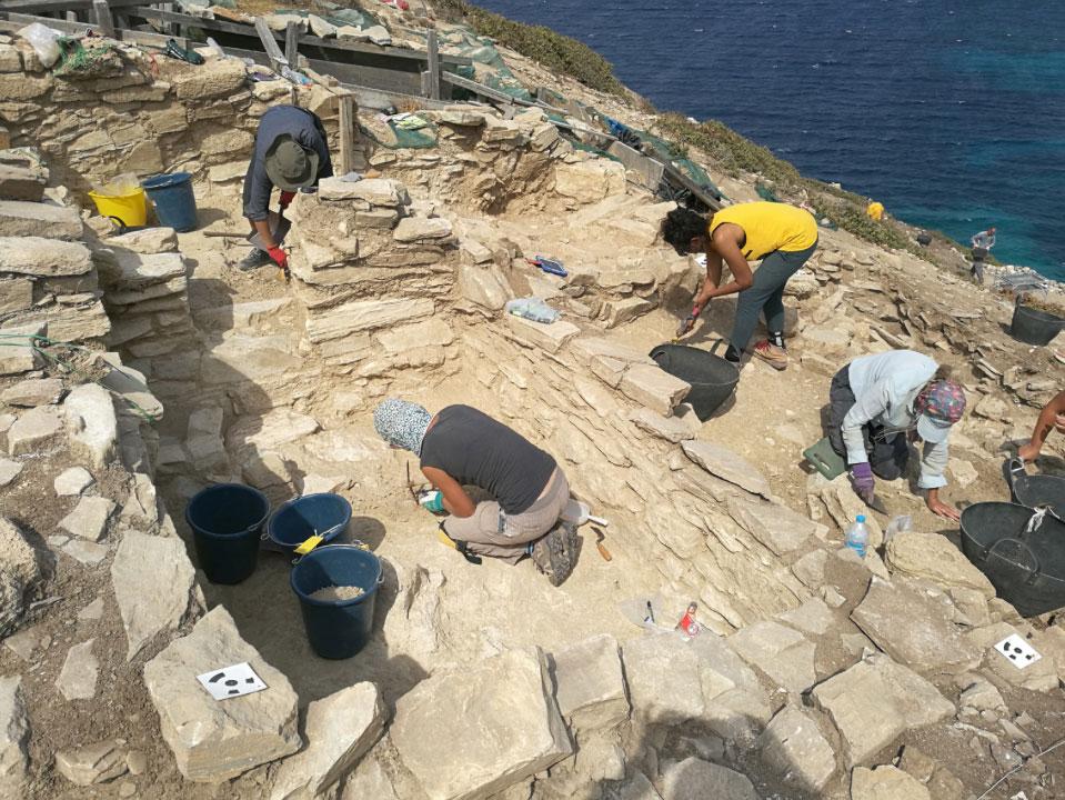 Ανασκαφές Κέρου: Mέλη της ανασκαφικής ομάδας εν ώρα εργασίας (πηγή: ΥΠΠΟΑ/Βρετανική Σχολή Αθηνών).