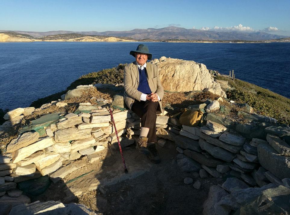 Ο καθηγητής Colin Renfrew στην κορυφή του Δασκαλιού (πηγή: ΥΠΠΟΑ/Βρετανική Σχολή Αθηνών).