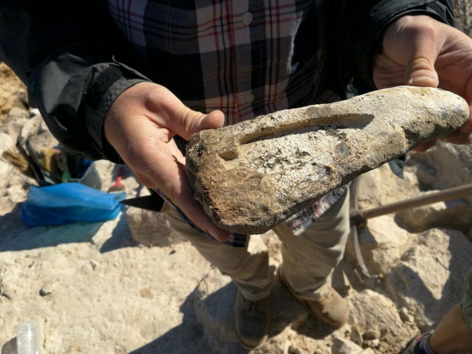 Ανασκαφές Κέρου: Λίθινη μήτρα για την κατασκευή χάλκινης αιχμής δόρατος, όπως αποκαλύφθηκε (πηγή: ΥΠΠΟΑ/Βρετανική Σχολή Αθηνών).