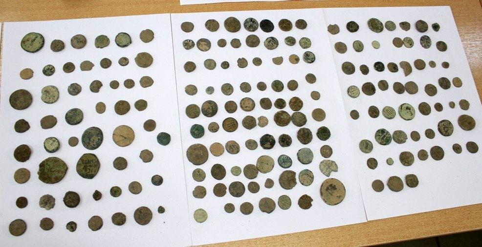 Μέρος των αρχαίων νομισμάτων που κατασχέθηκαν στις Σέρρες (φωτ.: Ελληνική Αστυνομία).
