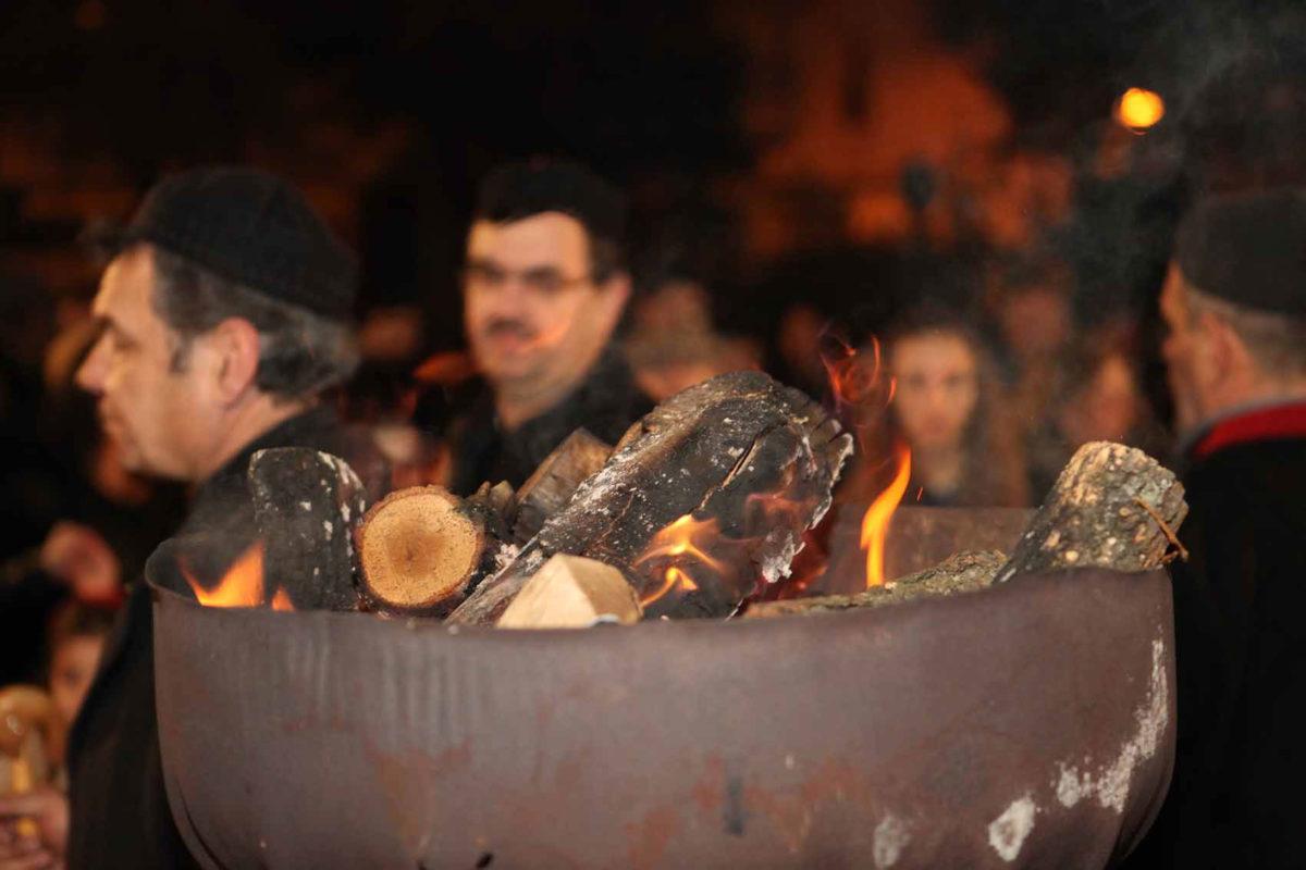 Οι φανοί της Κοζάνης στηρίζονται στην αυθόρμητη συμμετοχή των κατοίκων, οι οποίοι τους ετοιμάζουν και πρωτοστατούν στο γλέντι με τα παραδοσιακά αποκριάτικα τραγούδια (φωτ.: Δήμος Κοζάνης).