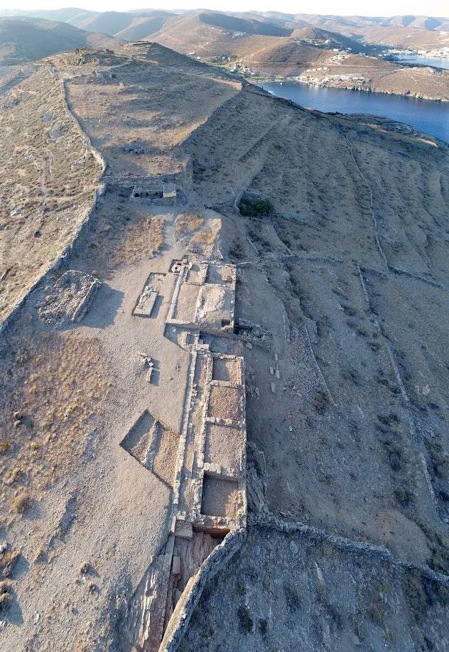 Αεροφωτογραφία της Άνω Πόλης και των Κτιρίων 1 και 2 του Μεσαίου Πλατώματος, από το βορρά. Στο βάθος η Ακρόπολη με το ιερό της Δήμητρας (φωτ.: Κώστας Ξενικάκης).