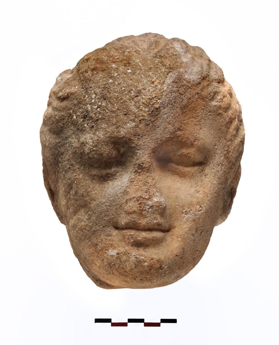 Μαρμάρινη κεφαλή κοριτσιού από το εσωτερικό της δεξαμενής (φωτ.: Κώστας Ξενικάκης).