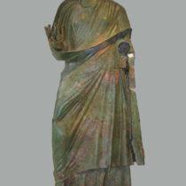 Χάλκινο εικονιστικό άγαλμα της αυτοκράτειρας Ιουλίας Ακυλίας Σεβήρας (220–222 μ.Χ.). Φωτογραφικό Αρχείο Εθνικού Αρχαιολογικού Μουσείου.